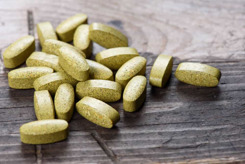 Píldoras de suplemento dietético. Comprimidos verdes. medicina alternativa