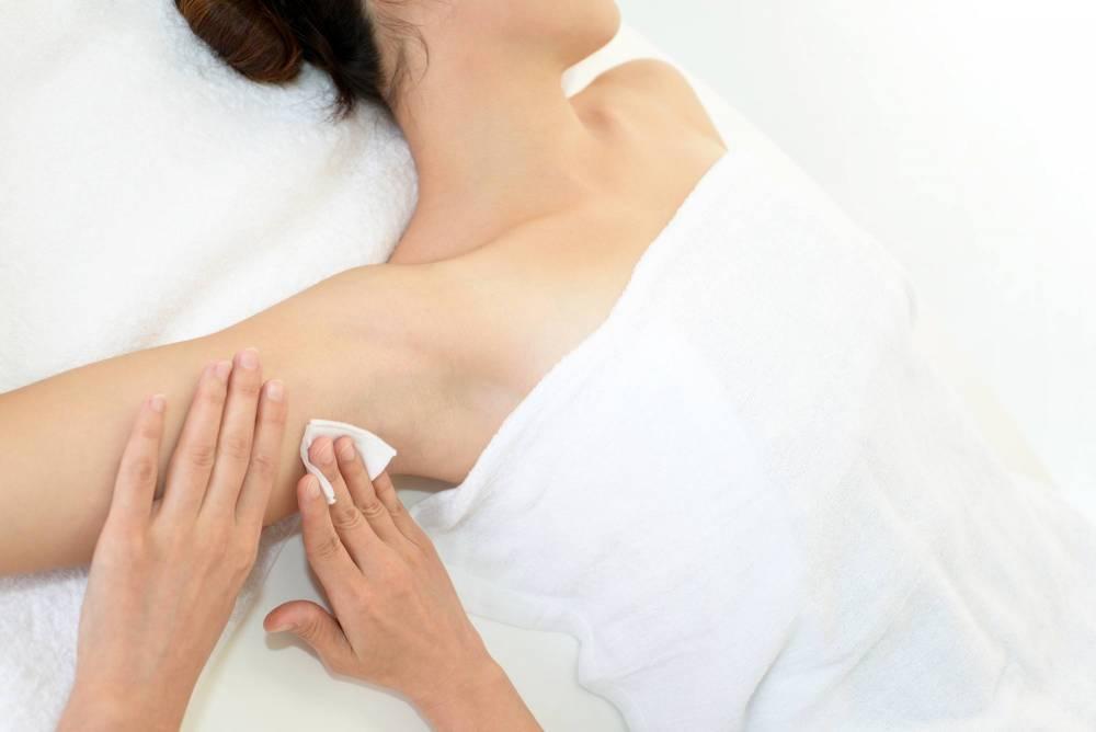 A person getting their armpit dried.