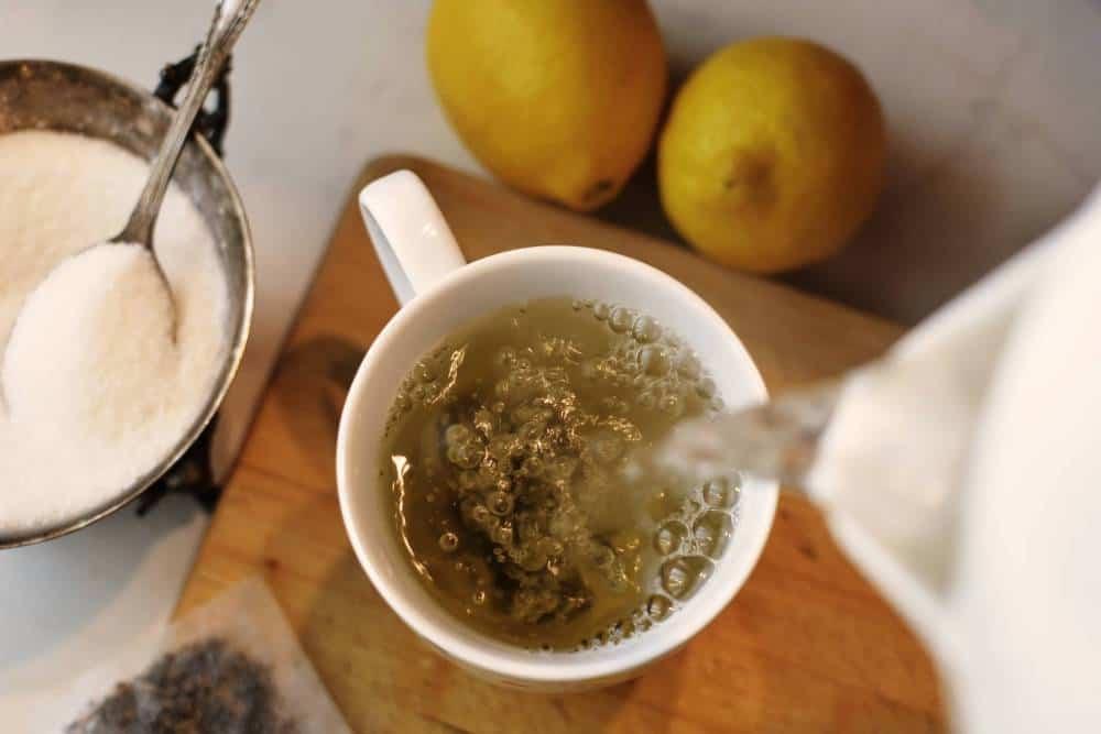 El té se vierte en una taza.