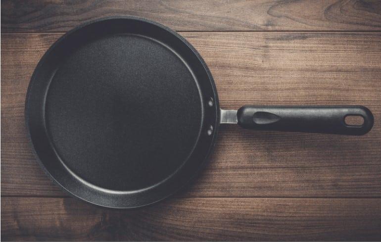 Peligros del teflón en los utensilios de cocina antiadherentes y una mejor alternativa