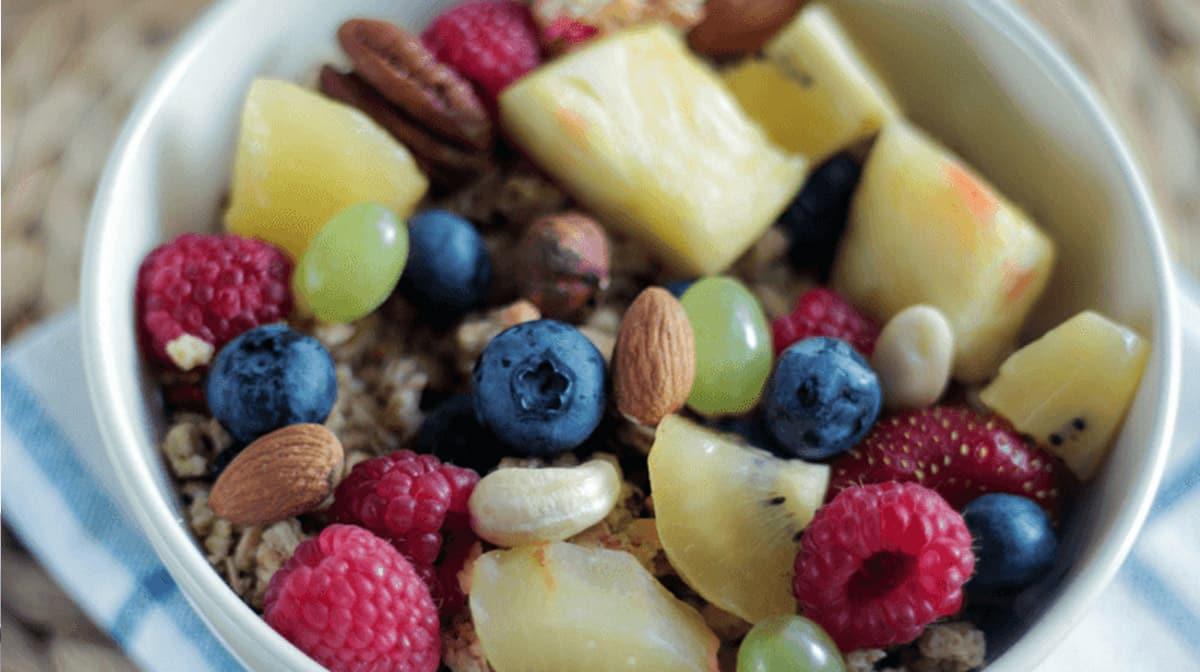"""Un tazón de fruta con el título """"Cómo aumentar la dopamina natural""""."""